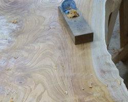 コレクションギャラリーに美しい杢の欅