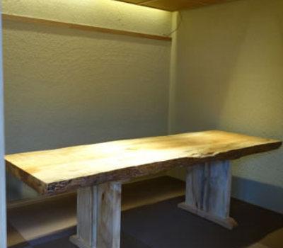 割烹料理店の離れの個室に味わいのあるトチの一枚板のサムネイル